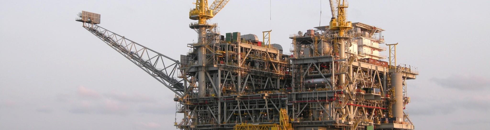 shutterstock_45363307 Angola oil rig